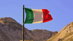 Флаг Италии на фоне неба