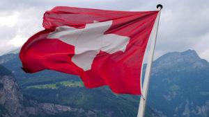 Флаг Швейцарии на фоне гор