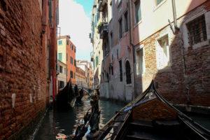 В маленьком канале венеции