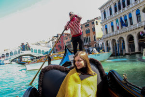 Венецианский гондольер с девушкой