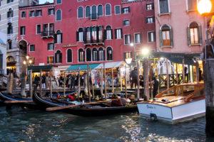Пристань гондол в Венеции