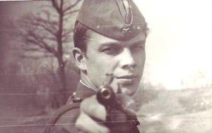 Старая фотография офицера с пистолетом