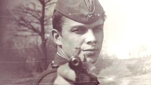 Офицер с пистолетом